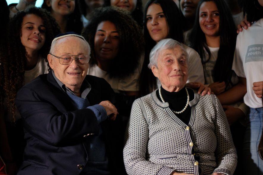 Ao lado do marido, John, Nanette é homenageada no Memorial da Imigração Judaica e do Holocausto ...