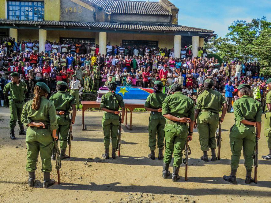 População da República Democrática do Congo presta homenagem aos cinco guardas florestais e um motorista do ...