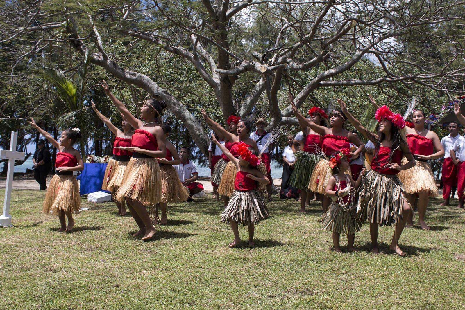 Guam, EUA   Em Guam, grupo de dança chamorro local faz um ritual de proteção no ...