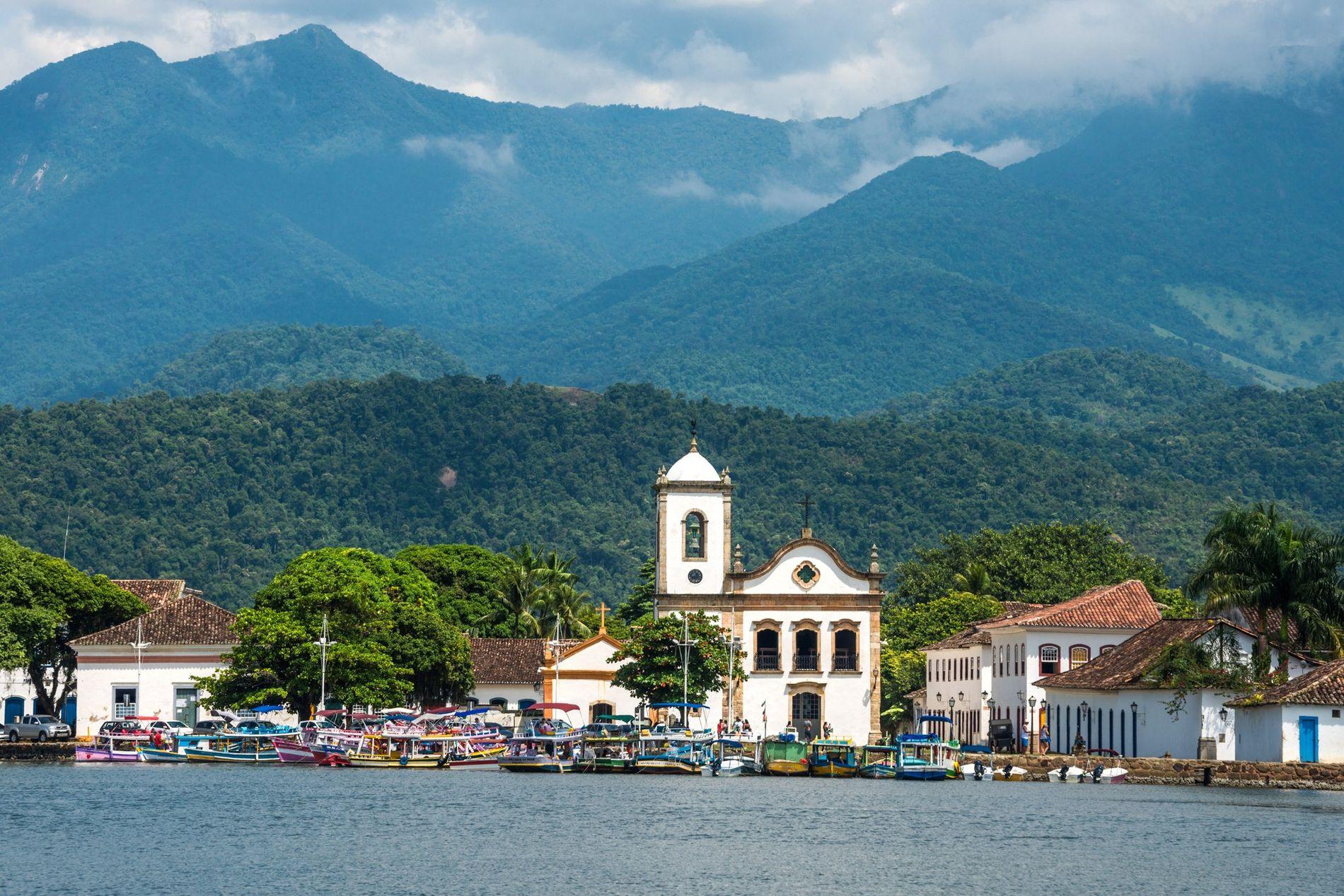 Rodeada pelos morros da Serra do Mar e situada às margens da bacia homônima, Paraty (RJ) ...
