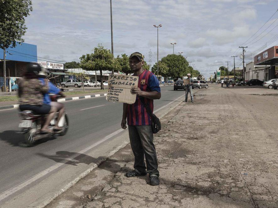 Nas avenidas de Boa Vista, homens e mulheres buscam por trabalho oferecendo suas aptidões em placas ...