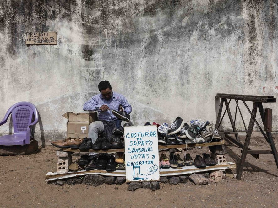 Dentro da própria comunidade de imigrantes, muitos venezuelanos fazem serviços como os de cabelereiro, lavadeira e ...