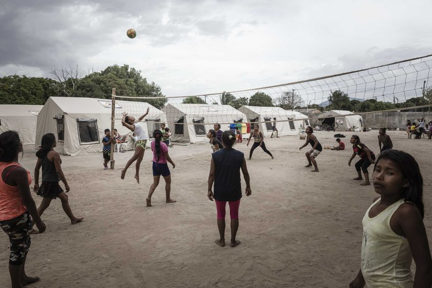 Em um abrigo para indígenas, as mulheres preferem o vôlei. A ONG Fraternidade – Federação Humanitária ...