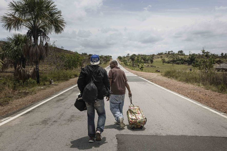Estima-se que, em média, 800 imigrantes cheguem por dia a Boa Vista, muitos deles caminhando durante ...