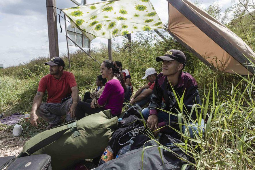 Depois da alfândega brasileira e do controle sanitário na cidade fronteiriça de Pacaraima, imigrantes que não ...