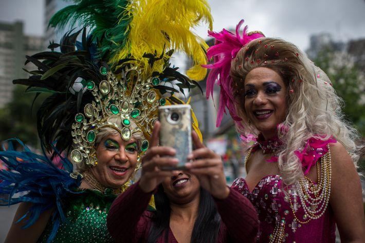 Drag queens posam para selfie na 22ª edição da Parada do Orgulho LGBT de São Paulo, ...
