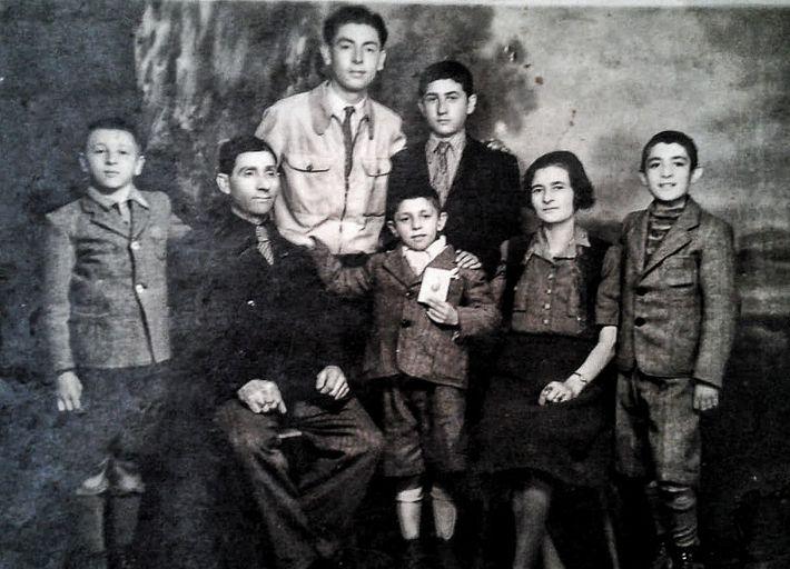 Álbum de família: Joshua Strul (primeiro à esquerda) posa com os pais, Fischel e Rosa, e ...
