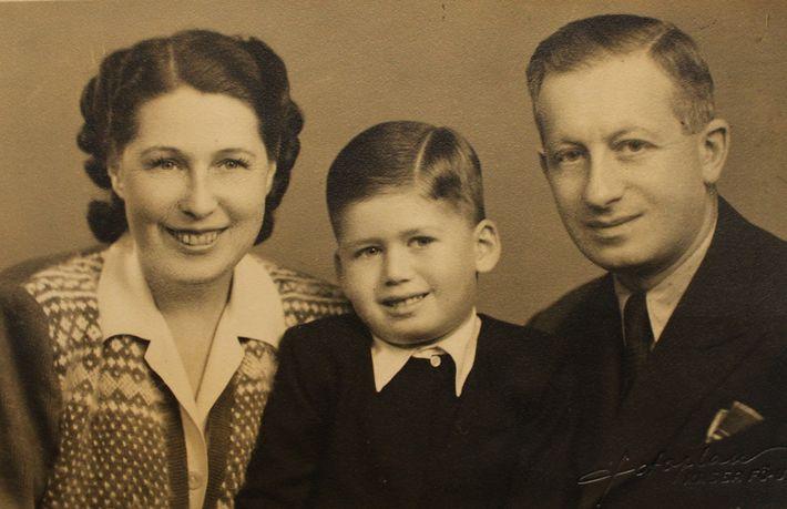 Eslovacos de ascendência italiana, Alexandre e Elizabeth Venetianer posam ao lado do filho único, Tom, em ...