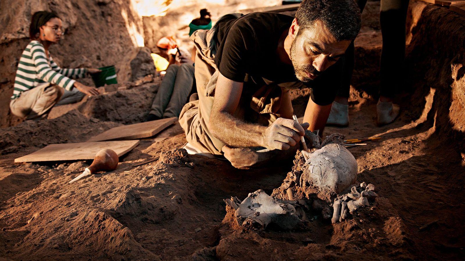O bioantropólogo e dentista Rodrigo Elias Oliveira exuma, com um pincel, os ossos remanescentes de um ...