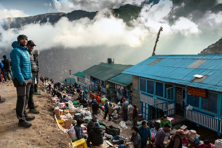 Roman e Padawa observam as montanhas do Himalaia no vilarejo de Namche Bazar, na véspera do ...