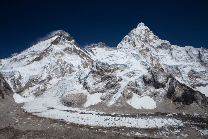 A geografia do topo do mundo, vista a partir da encosta do Monte Pumori, a 5.660 ...