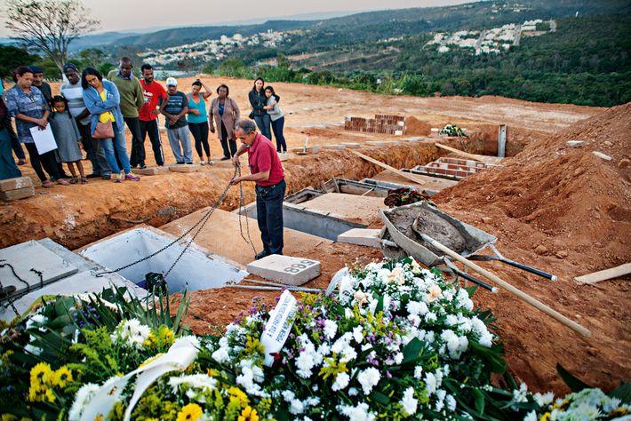 """A luz do final do dia banha um enterro no cemitério de Lagoa Santa. """"É na ..."""