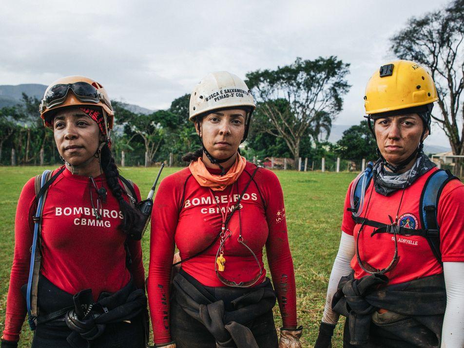 Bombeiras mulheres trabalham no resgate de vítimas da lama de Brumadinho