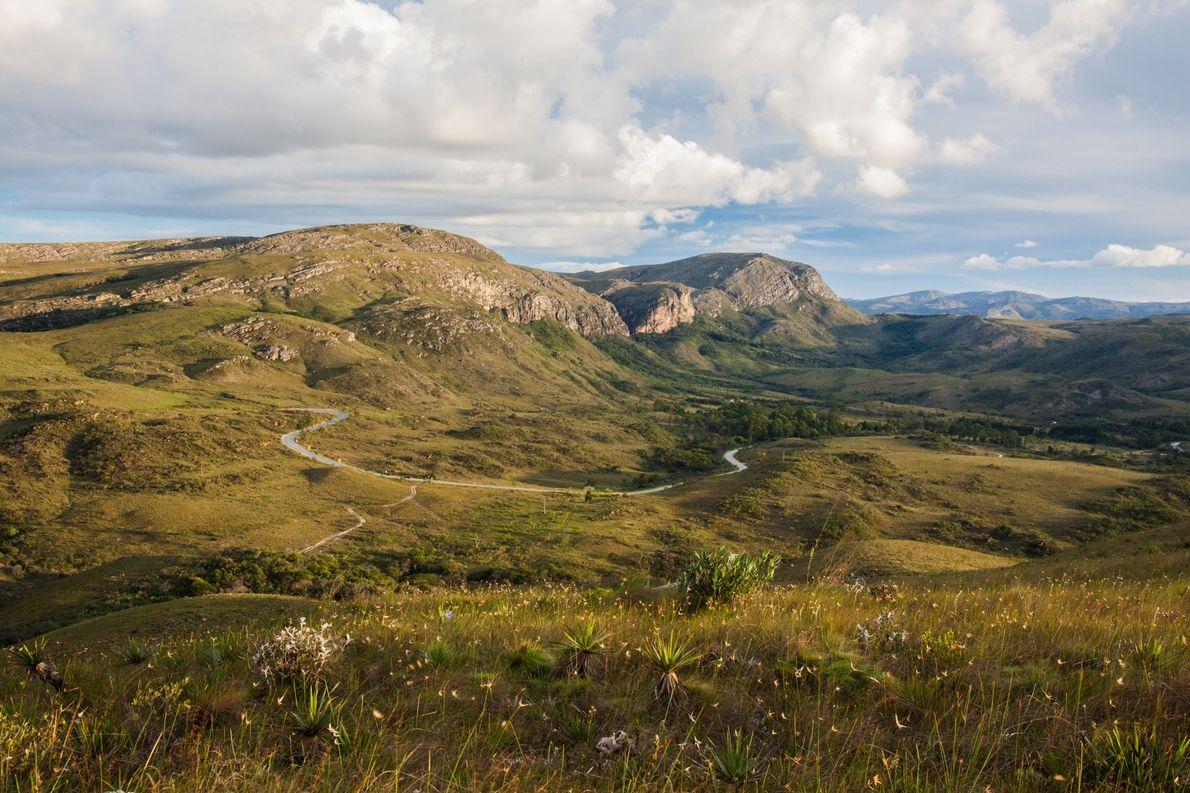 A rodovia MG-010, outrora uma poeirenta estradinha de terra, serpenteia as montanhas na região do …