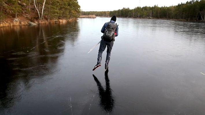 Deslizando sobre uma fina camada de gelo, este patinador produz sons de outro planeta
