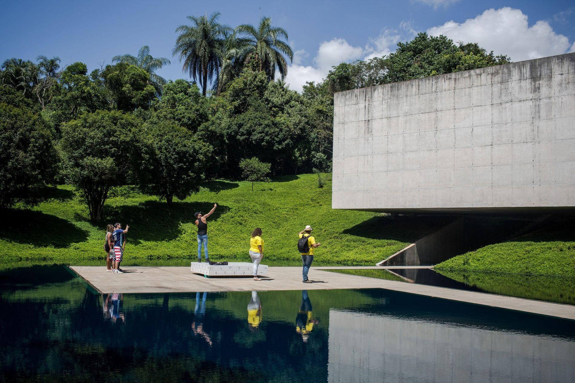 Turistas observam o pavilhão da artista Adriana Varejão no Instituto Inhotim, em Brumadinho (MG). Depois de ...