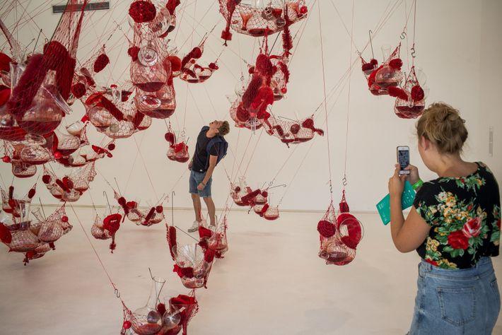 Turistas observam a obra de arte True Rouge, de 1997, do artista pernambucano Tunga, falecido em ...
