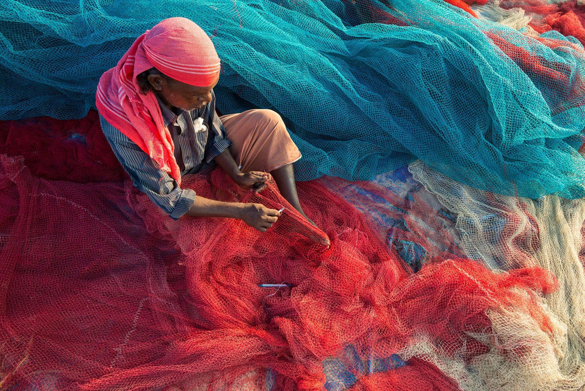 Estes pescadores indianos estão transformando plástico do mar em estradas