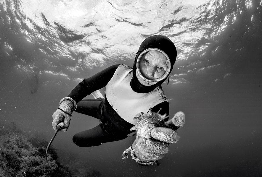 As mergulhadoras são um exemplo de longevidade. Elas caminham sobre o terreno costeiro para mergulhar em busca de polvos e outros frutos do mar na orla de Jeju, ilha coreana documentada por Luciano Candisani.