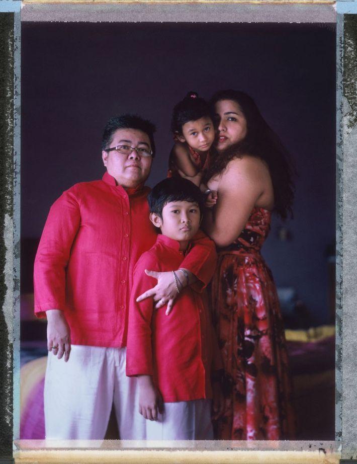O homem transgênero Mitch Yusmar, 47, com sua companheira há 17 anos, Lalita Abdullah, 39, e ...