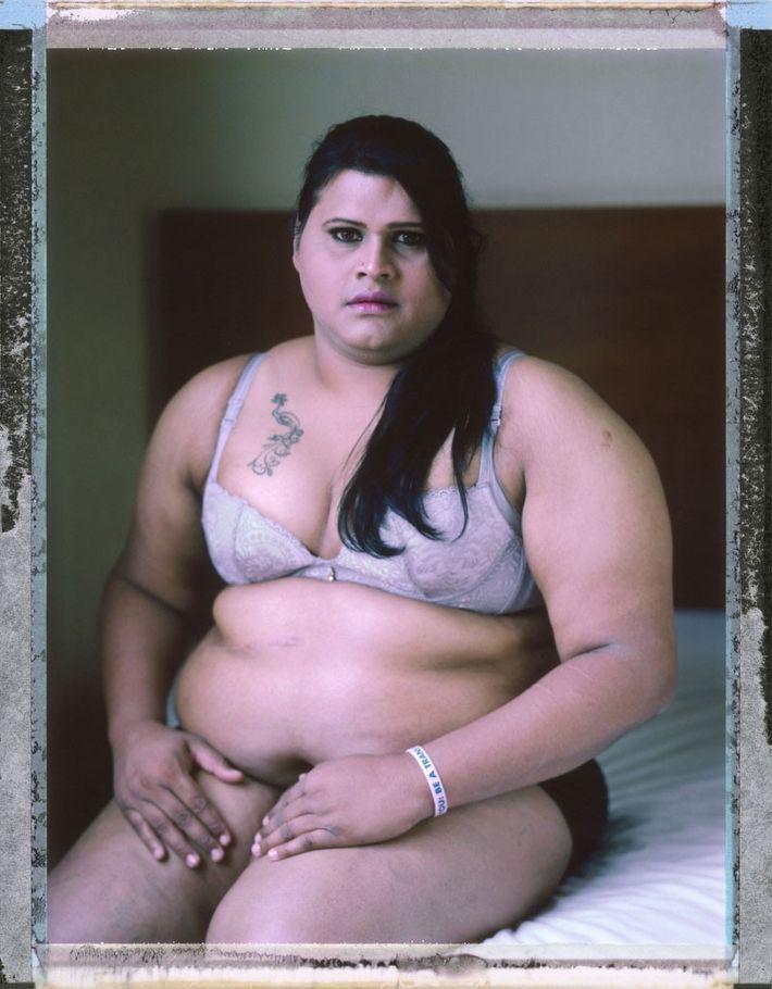 A mulher transgênero Abinaya Jayaraman, 33. Sua família rejeitou sua identidade de gênero e ela tomou ...