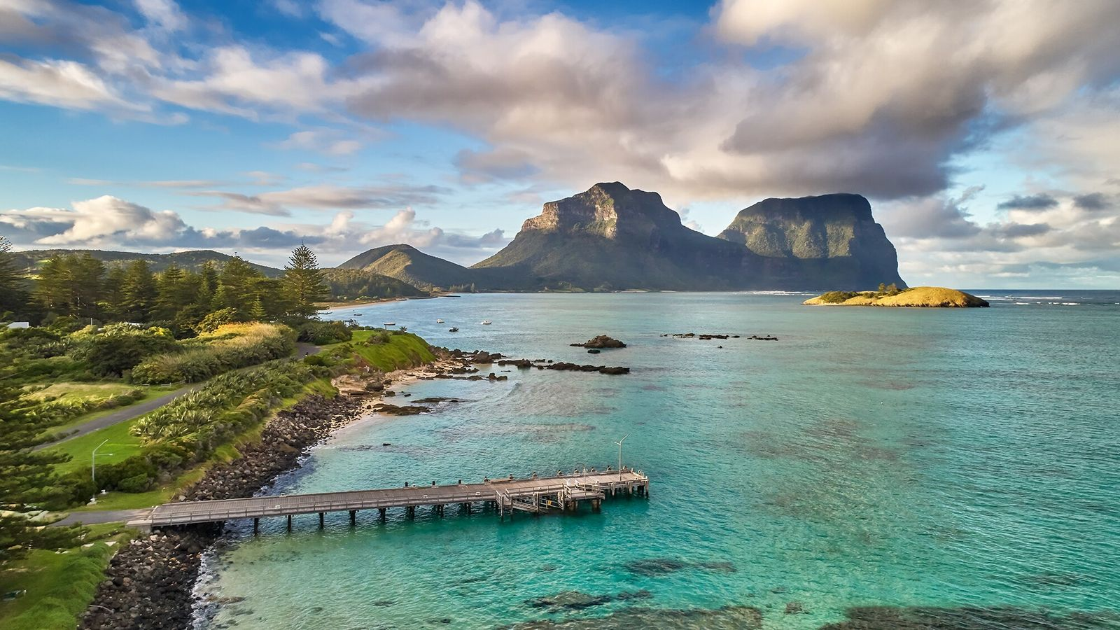 Ilha Lord Howe, Austrália   O Monte Lidgbird se ergue sobre a lagoa na Ilha Lord ...