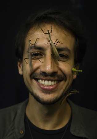 Leonardo Lanna, do Projeto Mantis, com louva-a-deus