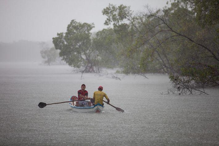 Pescadores da comunidade de Guajerutiua, na Reserva Extrativista Marinha de Cururupu, onde a precipitação anual chega ...