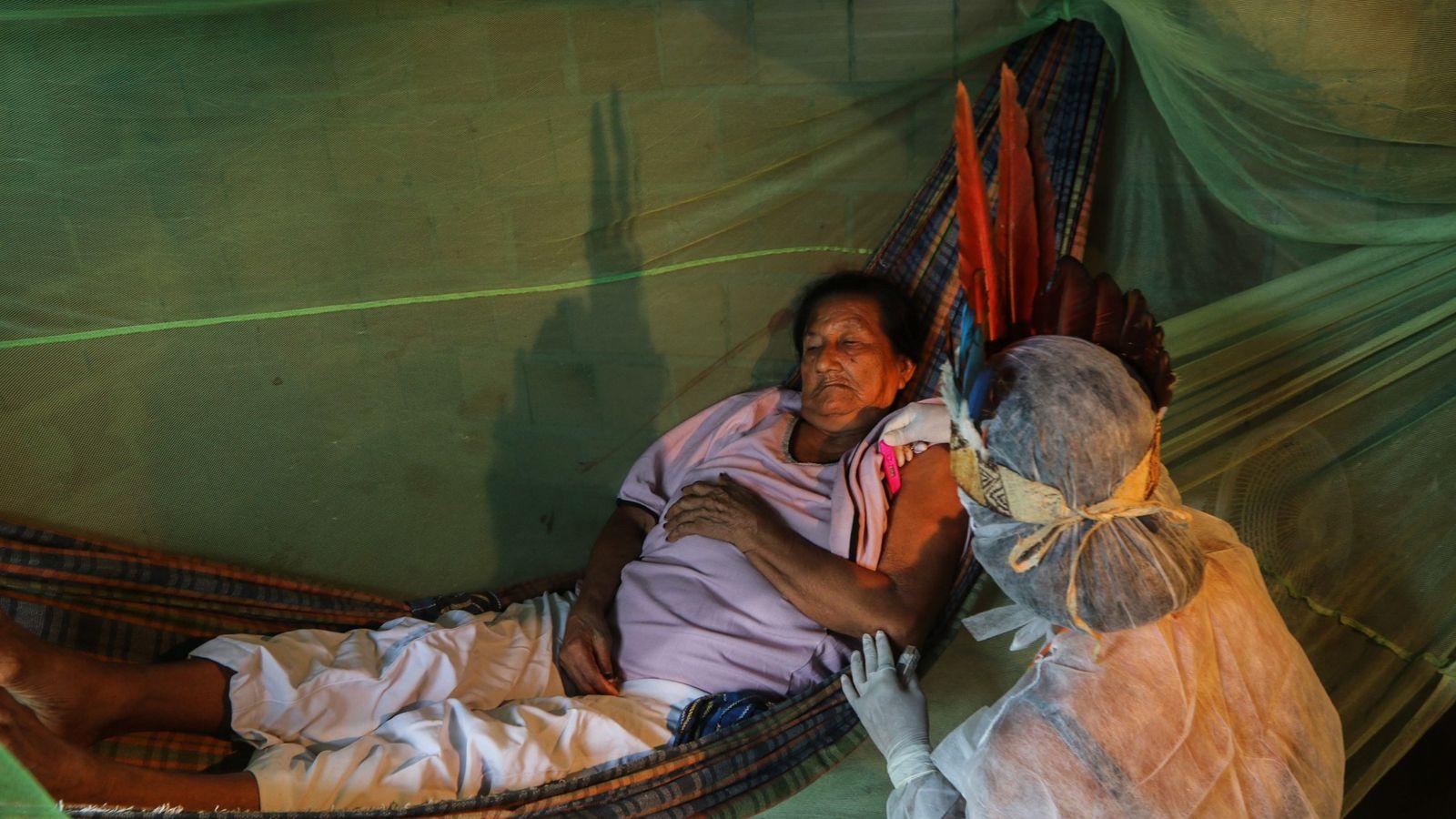 Vanda Ortega atende Carolina Miguel, indígena da etnia baniwa com 85 anos. A paciente teve sintomas ...