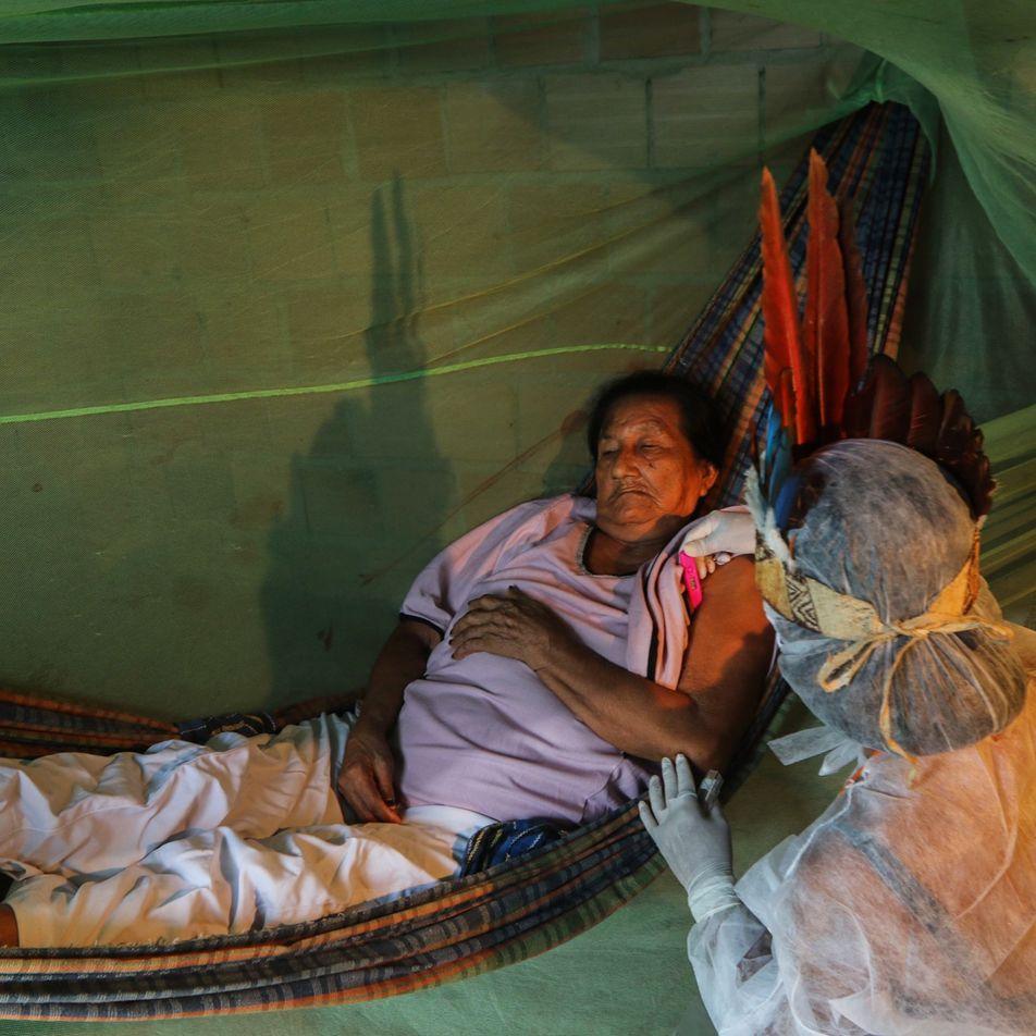 Enfermeira indígena traz esperança a comunidade multiétnica na periferia de Manaus durante pandemia
