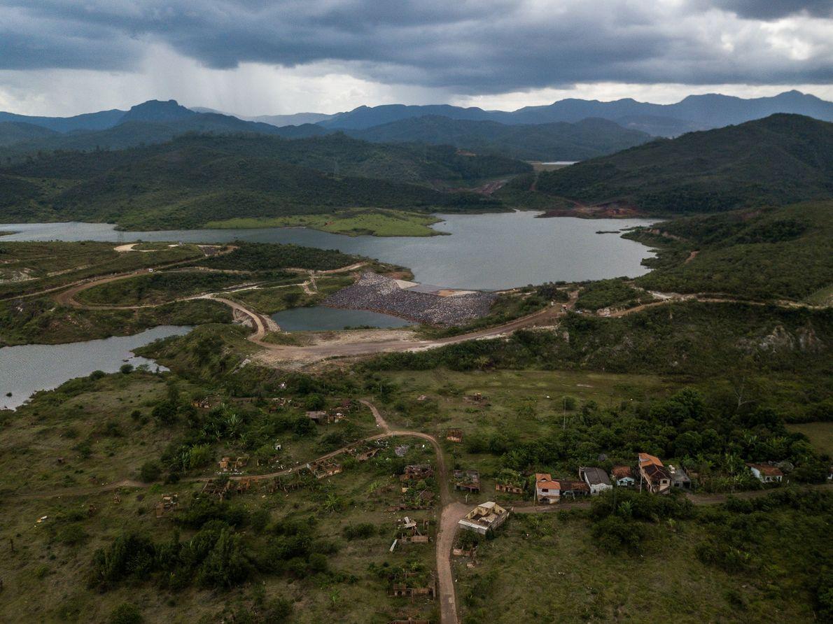 Para conter o avanço da lama e reduzir o impacto ambiental na bacia do rio Doce, …