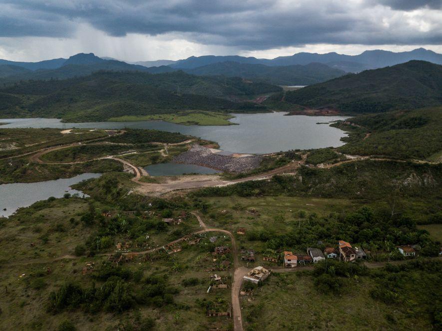 Para conter o avanço da lama e reduzir o impacto ambiental na bacia do rio Doce, ...
