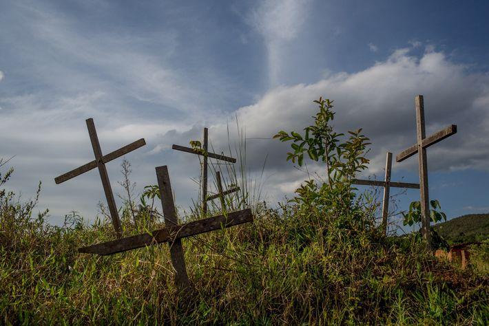 Cruzes em Bento Rodrigues, município de Mariana (MG), lembram os mortos que foram vítimas do rompimento ...