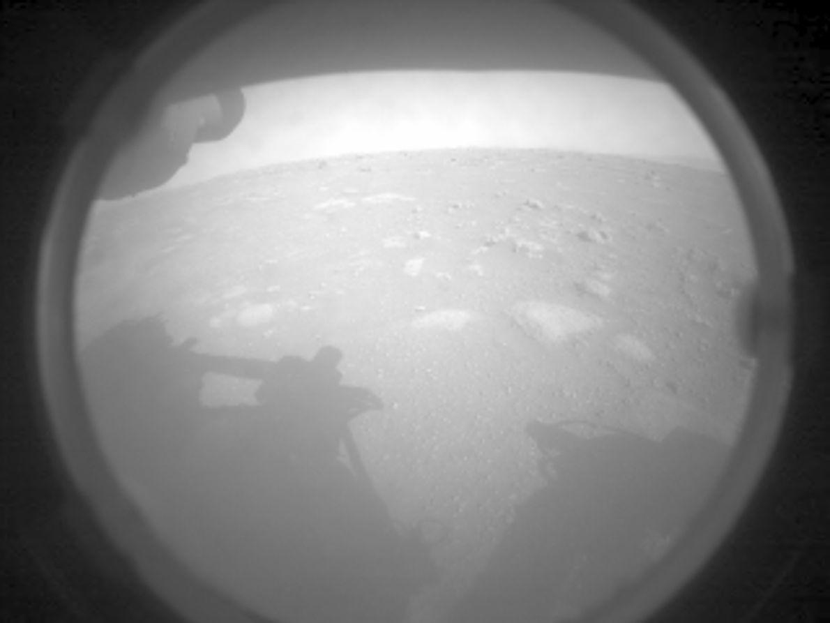 Esta foi a primeira imagem enviada pelo jipe-robô à Terra, recebida ainda na sexta-feira, 19 de ...
