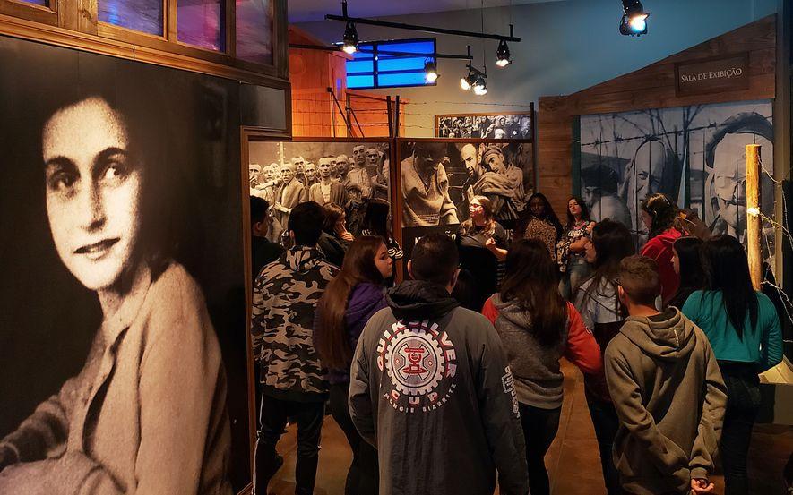 Estudantes de escola pública participam de visita guiada ao Memorial do Holocausto, em São Paulo, e ...