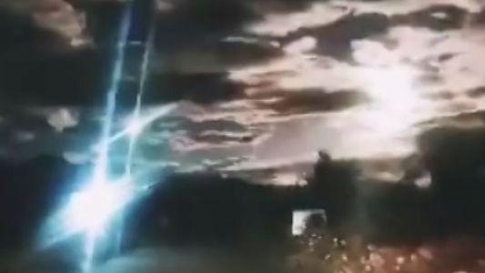 Veja a bola de fogo explodir no céu noturno