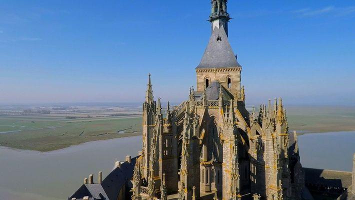 Este mosteiro fortificado foi erguido em  homenagem ao arcanjo Miguel em uma ilha na França