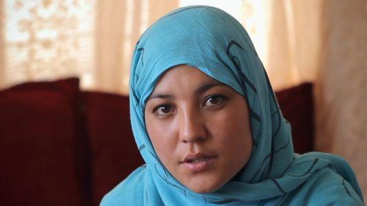 Pai que foge das regras garante acesso à educação de menina afegã