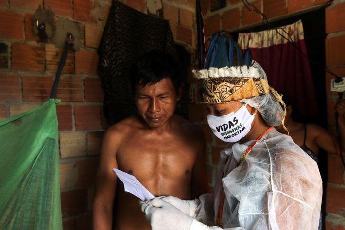 Vanda Ortega atende Janio Erlani Nascimento Cabral no Parque das Tribos, comunidade na periferia de Manaus ...
