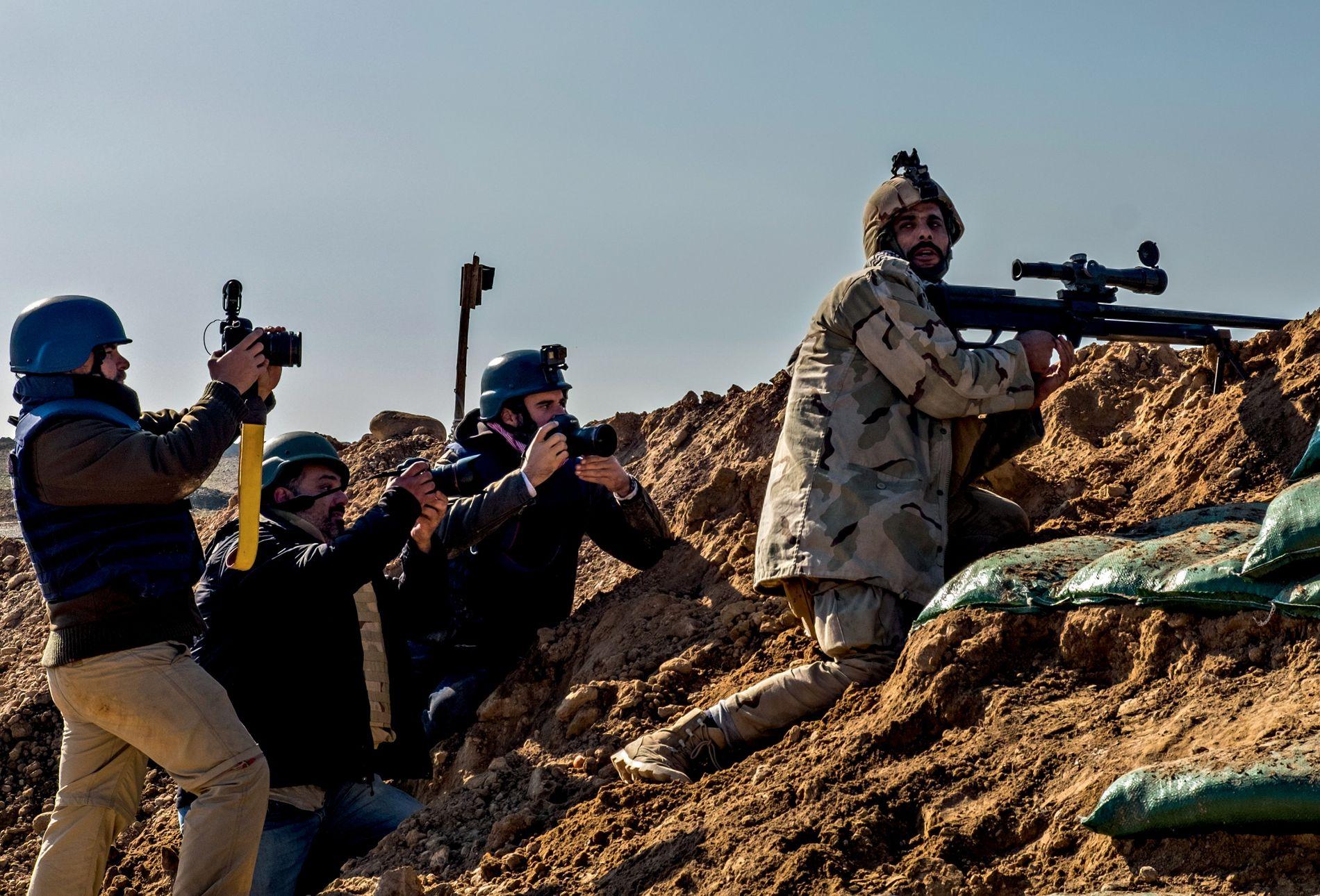 Em 2 de janeiro, o brasileiro Yan Boechat (no meio, entre os espanhóis Ángel Manuel Sastre e Pablo Cobos) trabalhava em Ganus, a 40 quilômetros de Mosul. O atirador curdo disparava contra posições do Isis logo adiante.