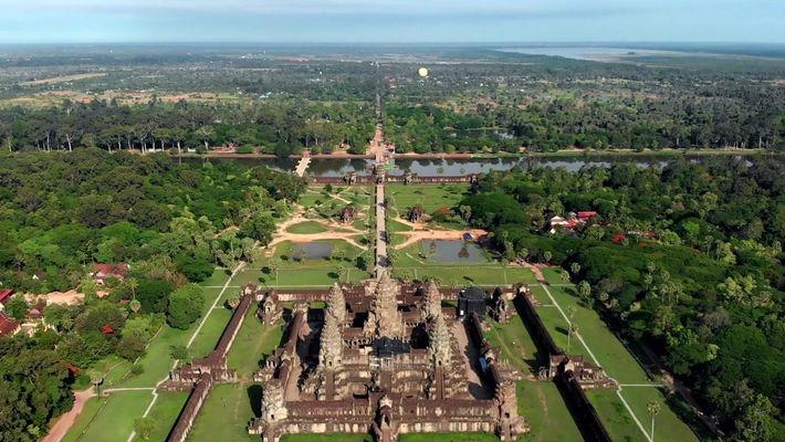 A cidade de grandes templos no meio das florestas do Camboja