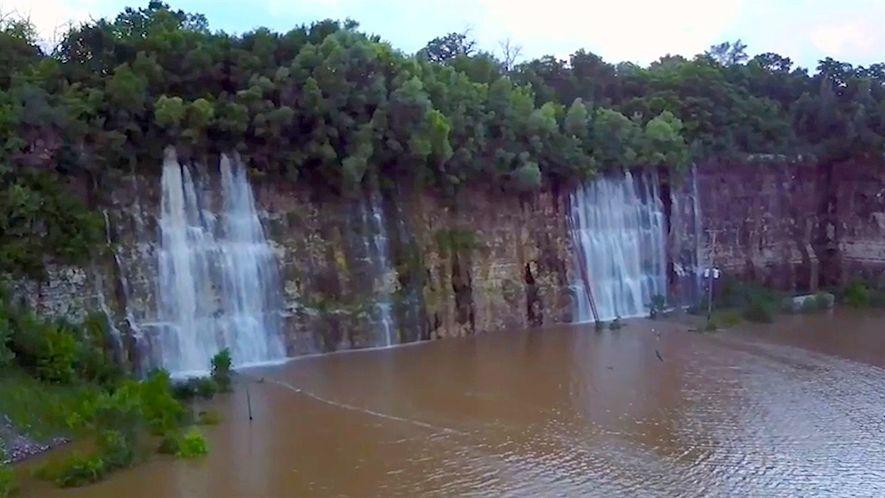 Esta pedreira vazia foi transformada em um lago repleto de cachoeiras