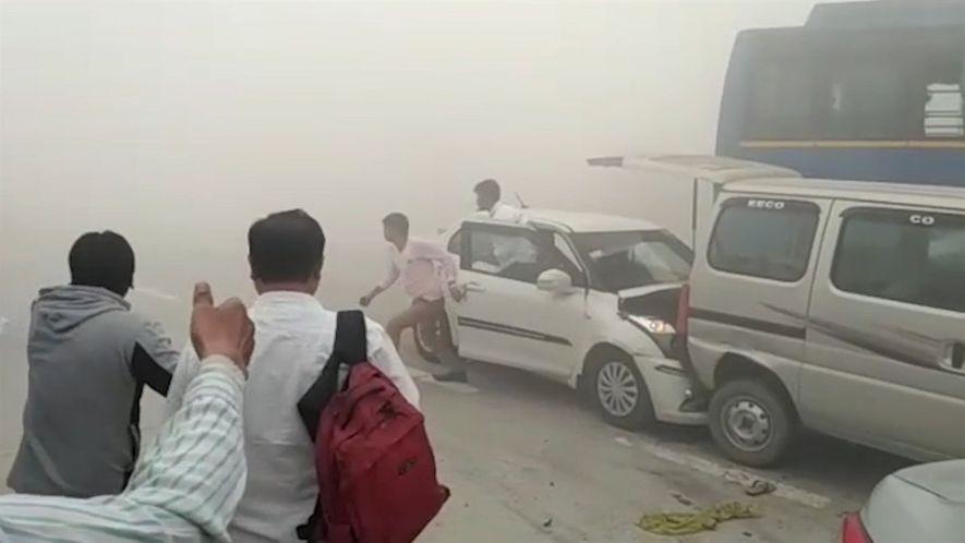 Forte poluição na Índia causa engavetamento.