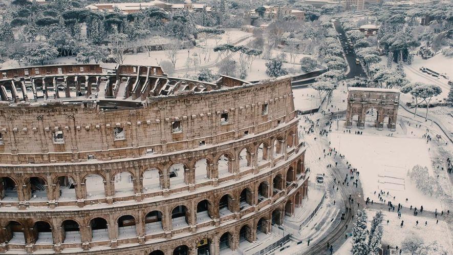 Neve rara cobre os monumentos históricos de Roma