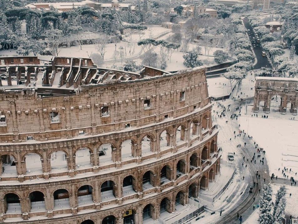 Neve rara encobre os monumentos históricos de Roma