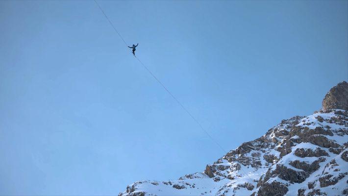 Slackliners desafiam a altura em montanhas de gelo