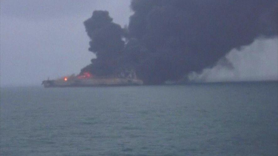Petroleiro corre risco de explodir após colisão na costa leste da China
