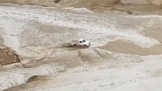 Caminhonete acelera para fugir de inundação na Arábia Saudita