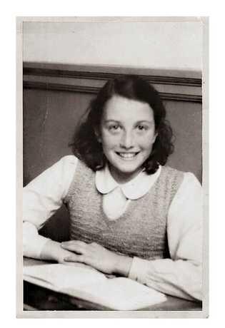 Retrato de escola de Nanette, que teve uma infância leve e cheia de sorrisos em Amsterdã, ...