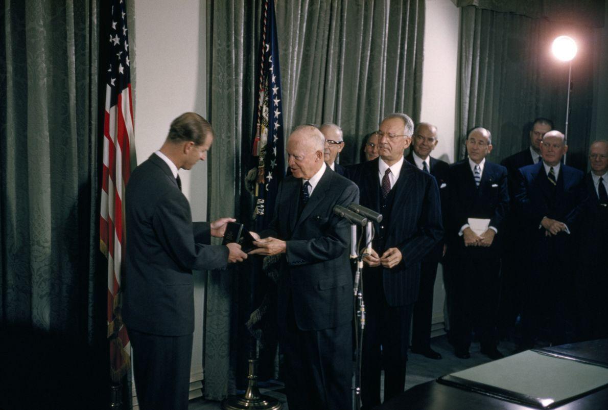 O príncipe Philip recebe, das mãos do então presidente americano Dwight Eisenhower, a medalha especial de ...